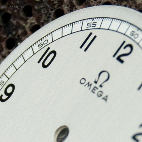 Detalle de esfera Omega restauración esfera reloj antiguo