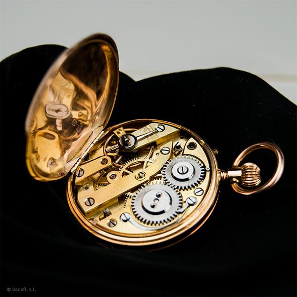 Restaurar y reparar máquina de reloj de bolsillo. Restaurar y reparar reloj bolsillo de oro enfermera.