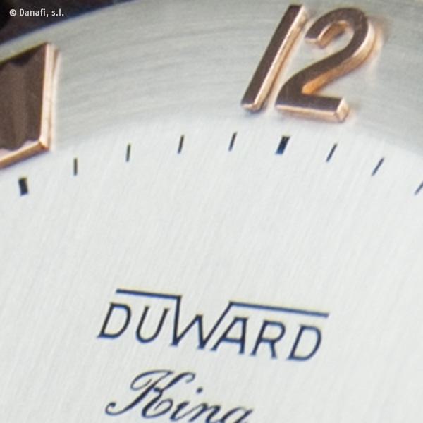 Detalle de la grafía Duward con la leyenda king sobre esfera plateada y restaurada en Danafi, Barcelona