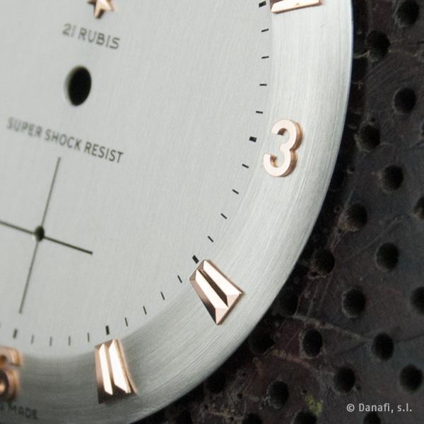 Detalle de la esfera de reloj Duward con los índices en aplique desmontable de 18 Kt.